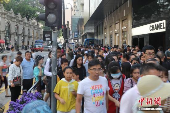 非法示威拖累香港经济 商家生意劲减楼价持续下滑_员工
