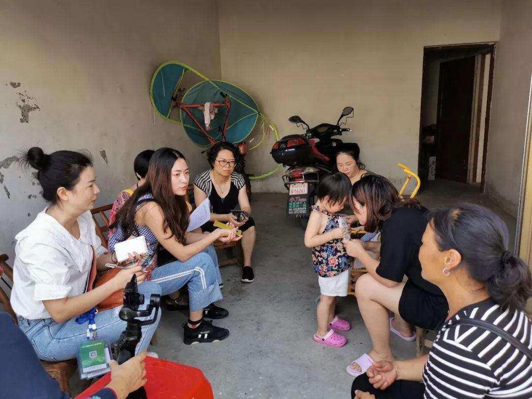 康华社区易地扶贫搬迁安置点的双胞胎孕妈正在讲述女儿喂养国奶扶贫