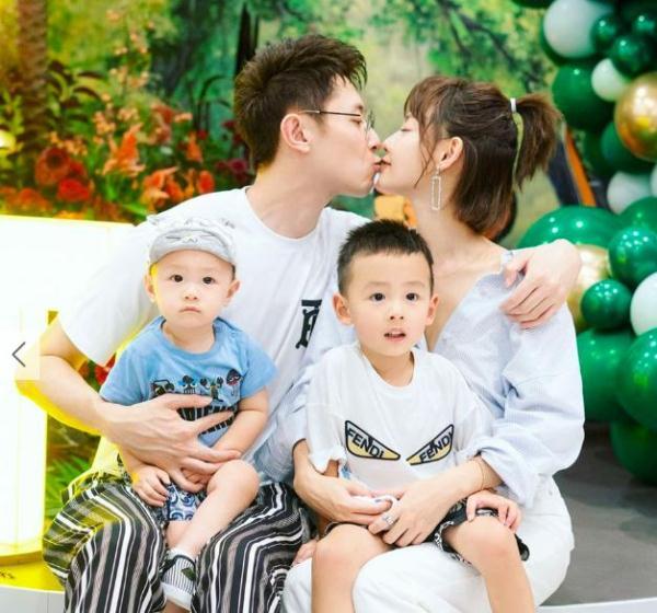 张嘉倪买超为小儿子办生日趴,晒全家福撒狗粮,夫妻二人甜蜜接吻
