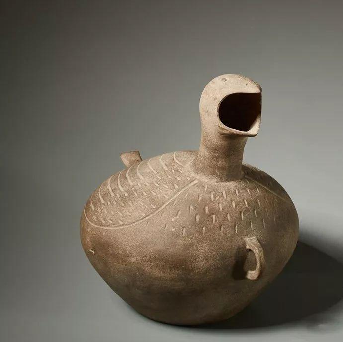 黑陶双耳罐 西汉代 高33.5厘米,宽38厘米   陶瓷代釉卧狗 东汉代 约公元2至3世纪 长23厘米   瑞士jurgen l.