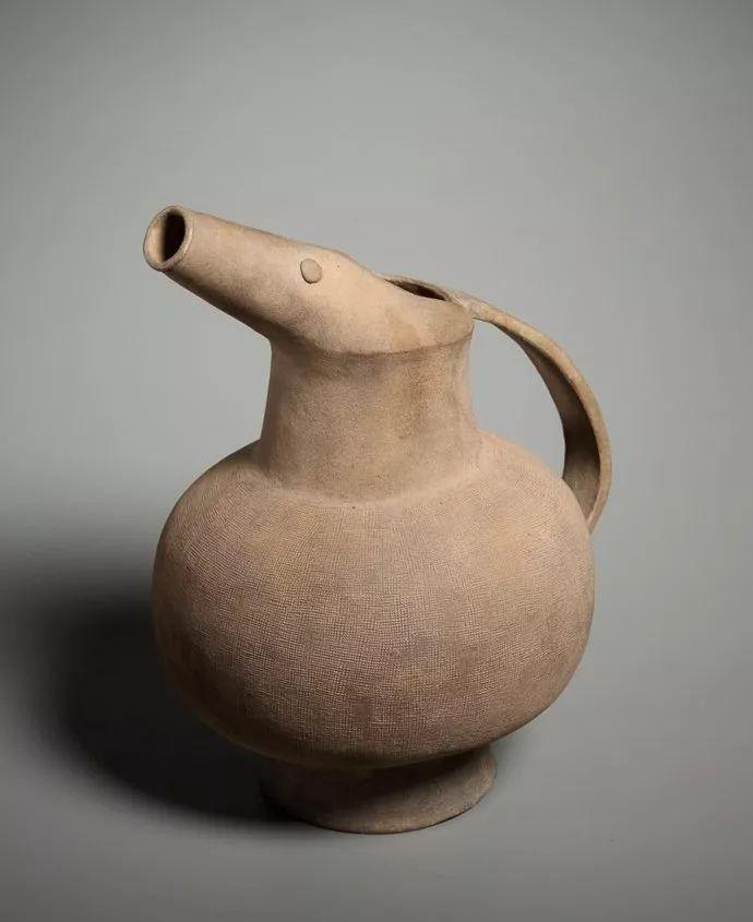 黑陶双耳罐 西汉代 高33.5厘米,宽38厘米   陶瓷代釉卧狗 东汉代 约公元2至3世纪 长23厘米   上朔远古时代,中国陶器集实用与艺术为一身,除了色彩纹饰的华丽,器形的造型比例