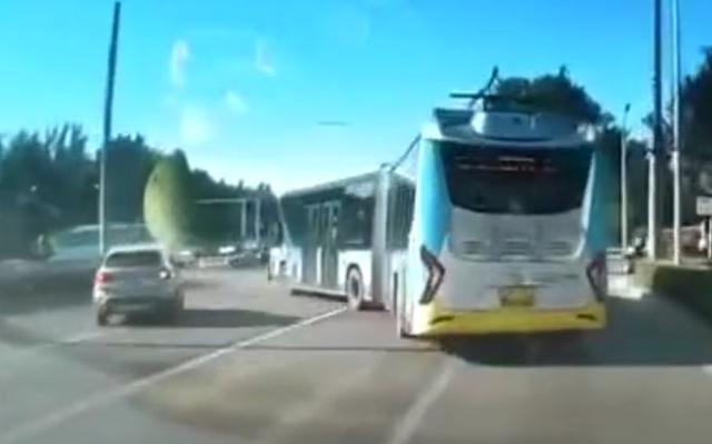 公交斗宝马,多次急刹别得宝马无路可去,网友:这是在开坦克呢