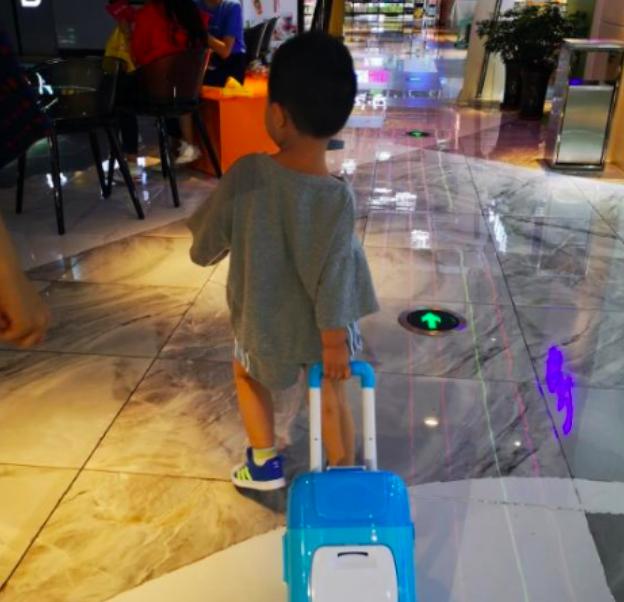 佟丽娅3岁儿子近照曝光,跟外公新疆生活,广场舞跳到起飞