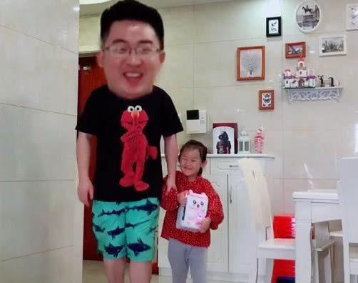 """""""演技派父女""""组团要零花钱火了,网友:宝宝可爱,好想抱走爸爸"""