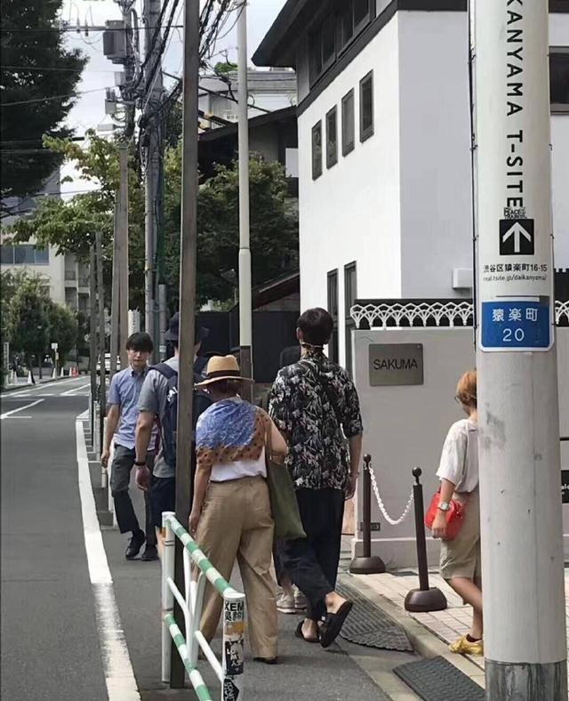 李现日本游玩被巧遇!墨镜后戴相当搞怪,身着旧衬衫被赞节俭