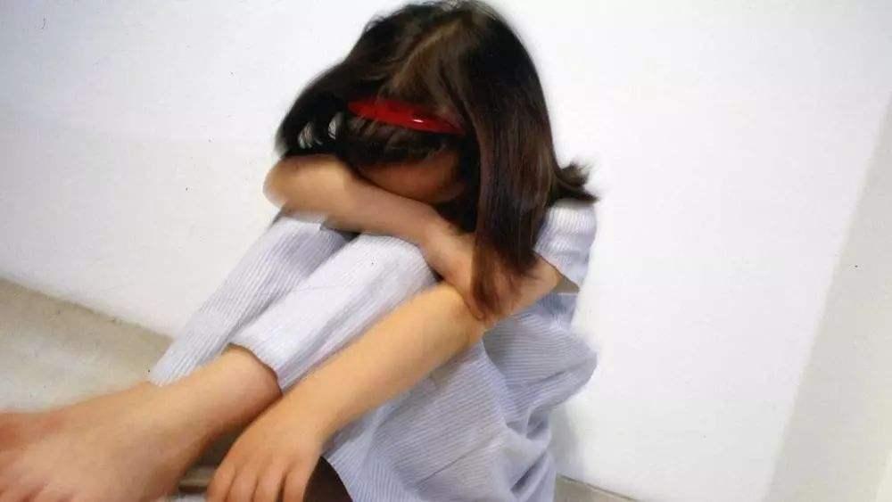 """暗无天日!15岁少女遭继父生母""""囚禁""""3年,窗户都被胶带封死"""