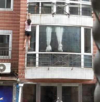 事发大连!年轻女孩挂在三楼阳台外……知情人说:她祸害人