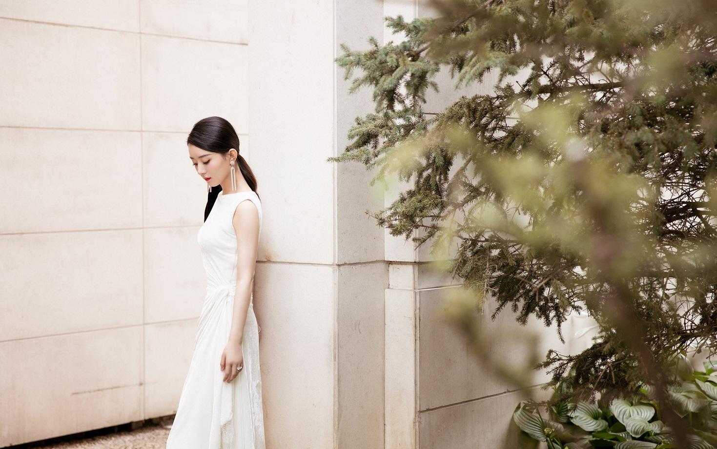 赵丽颖正式复工,时隔半年恢复好身材,一身白色礼服女人味十足