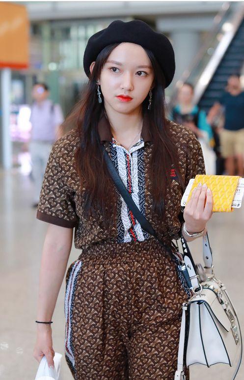 程潇的机场照曝光,穿印花条纹套装时尚潮流,帅气爆表淑女范十足