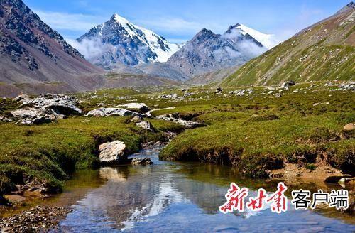 山脉呈东西向分布,有六座雪山,其中主峰巴尔斯雪山,海拔5118米.