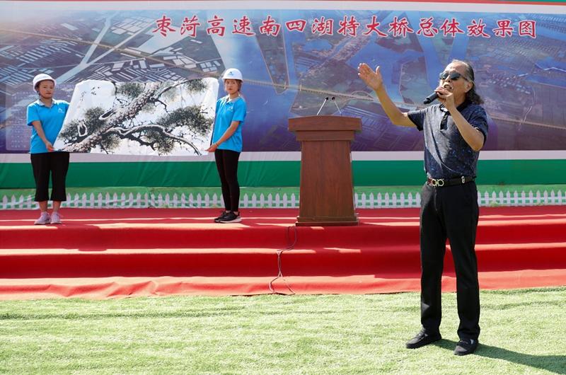 李松森介绍其画作 而这次特邀嘉宾,中国国家话剧院演员莫元季老师的图片