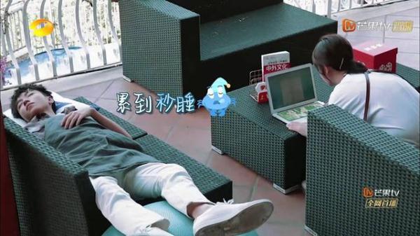 """杨紫和王俊凯同喝一杯奶茶,对王俊凯的童年照片""""如数家珍"""""""