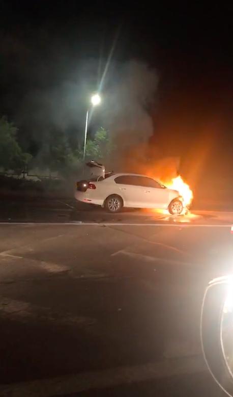 火势凶猛!张家口东外环发生惨烈车祸,轿车与老年车相撞后起火