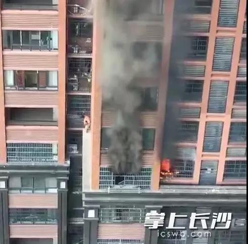 8楼突发大火,长沙一52岁男子破防盗窗背4岁娃爬外墙逃生