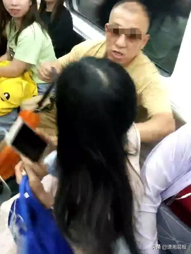 """霸座老人强行将女生挤下地铁座位:""""我打死你"""""""