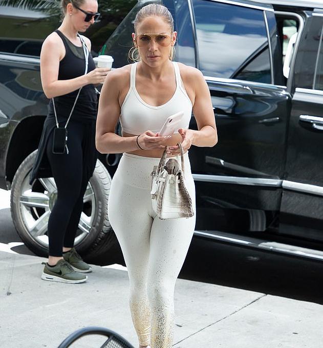 50歲的詹妮弗·洛佩茲,穿瑜伽褲外出健身,風采依舊魅力不減