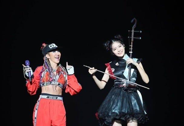 李玟演唱会太投入,扭伤手臂还接着唱《刀马旦》,敬业又感人