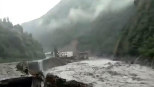 全线管制!四川雅康高速发生塌方 所有车辆无法通行