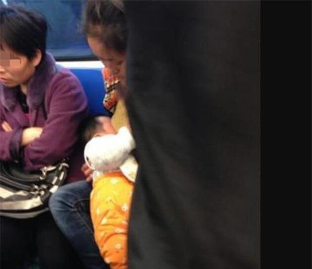 <b>宝妈在地铁上喂奶,被男子骂影响形象,6岁女孩的话让所有人沉默</b>