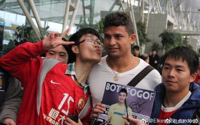 体育晨报:中国人艾克森要回报爱,谌龙独自守望