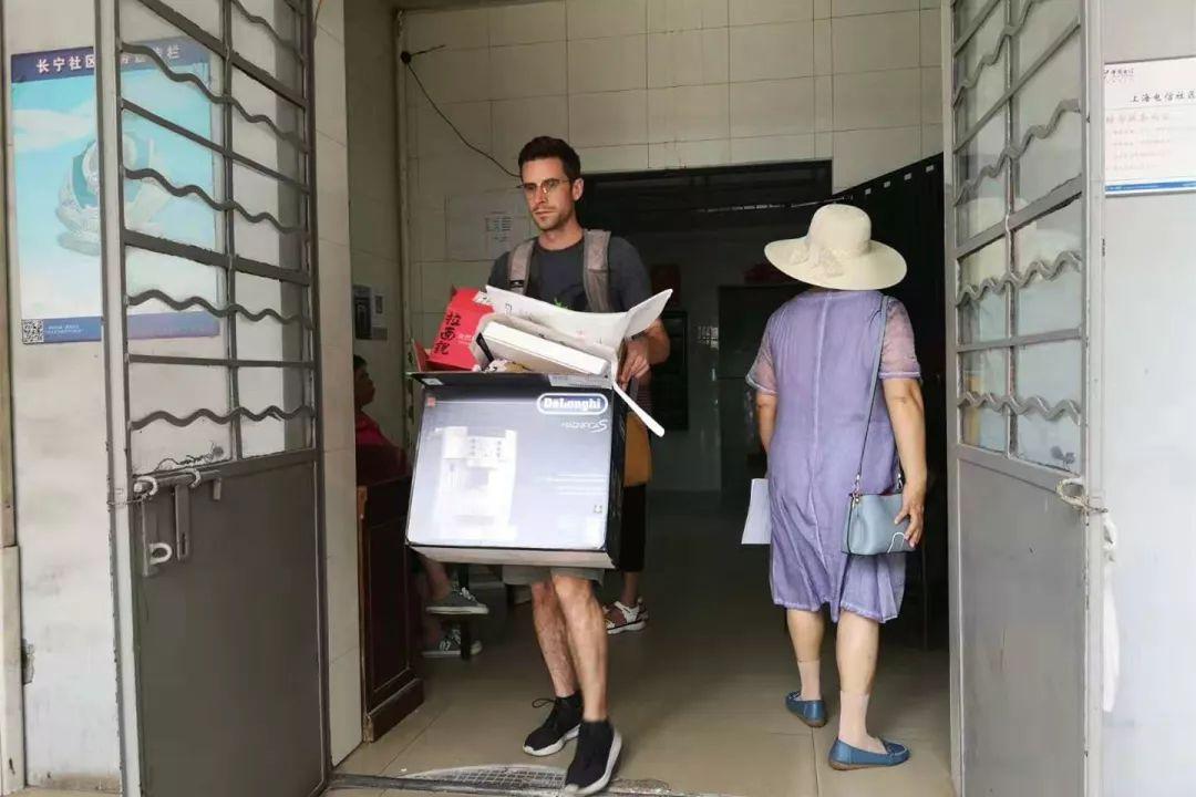 看到本月新搬来的19楼住户,志工宋茉莉抓住机会,向外国友人介绍慈济