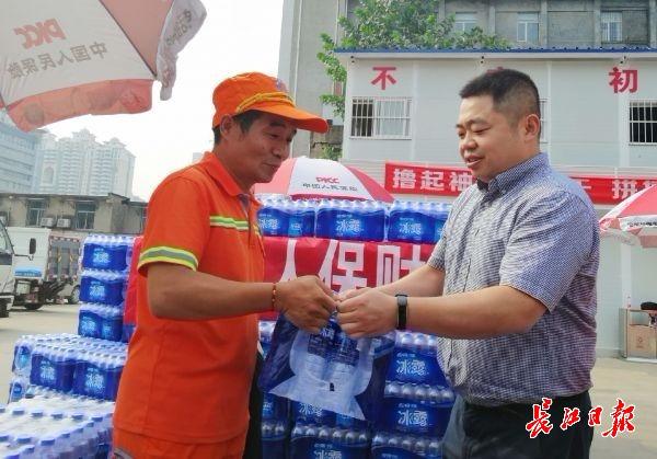 <b>爱心企业向环卫工赠遮阳伞、矿泉水等降温物资</b>