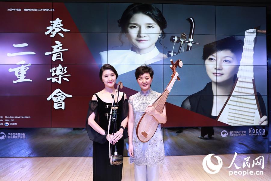 汪璨)8月22日晚,中央音乐学院教授,琵琶演奏家章红艳与韩国首尔艺术大