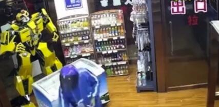 男子被反锁无人超市,弄了八次门开了!结果…哈哈哈_条码
