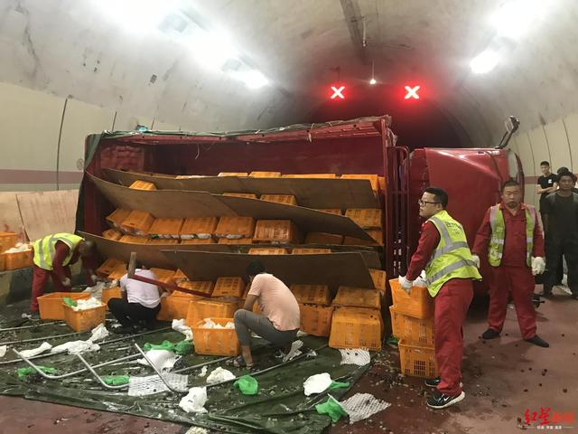 <b>载368箱葡萄的货车隧道内侧翻 堵车4个多小时</b>