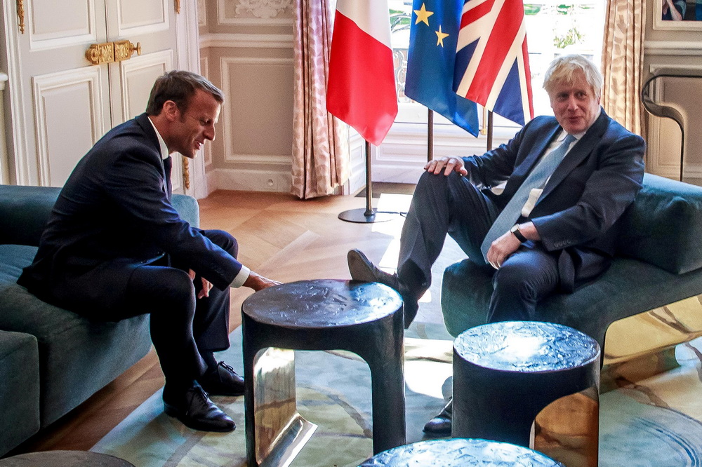 英国首相约翰逊与马克龙会晤 脚踩桌子引争议