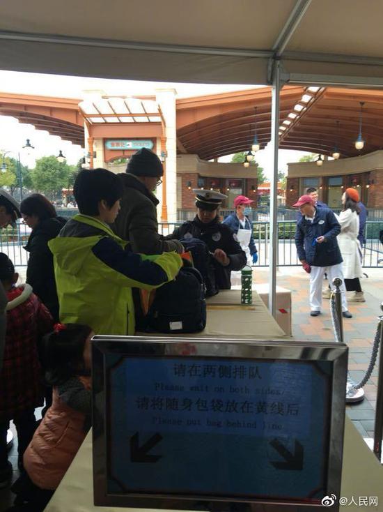 浦东消保委:上海迪士尼不接受调解 坚持翻包检