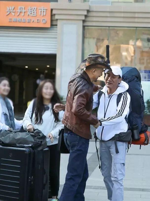 香港影帝与恶人专业户四川相聚拖手拥抱,难忘两人年轻时吻戏