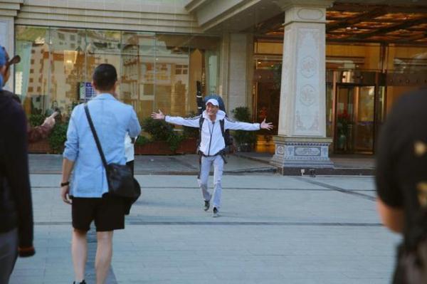 成人版《爸爸去哪儿》开拍,61岁梁家辉激动熊抱徐锦江