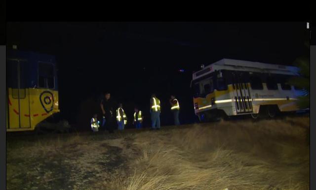 美国加州发生轻轨列车脱轨事故 致27人受伤