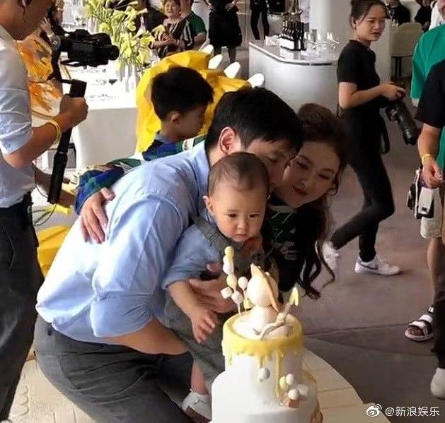 沈腾儿子周岁宴,妻子王琦胖到认不出,网友:以为是贾玲