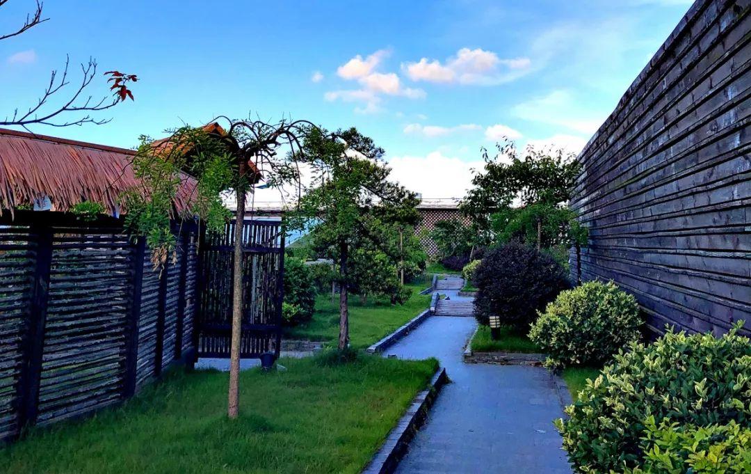 白领公��aj:f�_园区总建筑面积24000平方米,园区内办公环境清馨淡雅,整洁舒适,周边