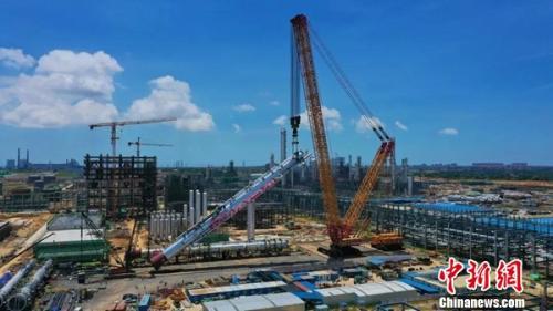 【中国新闻网】徐工4000吨履带式起重机XGC88000转战国外 逐鹿全球
