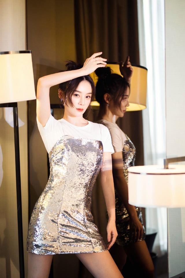 """她是""""马甲线女神""""袁姗姗,穿T恤配吊带亮片裙,好身材尽显无疑插图(1)"""