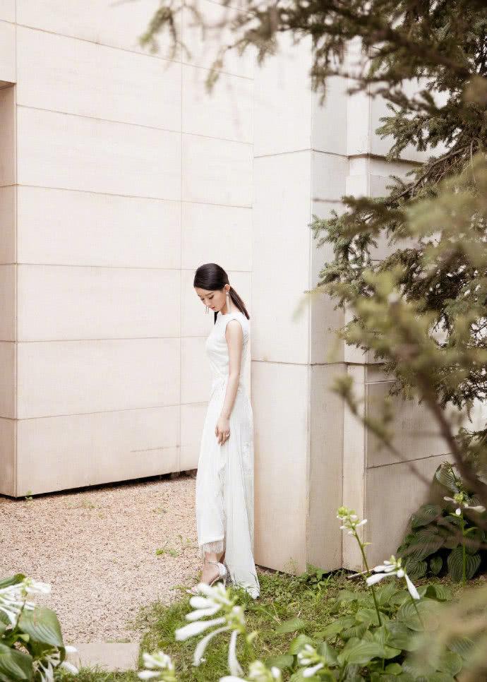 赵丽颖产后首次公开亮相 一身白色长裙秀纤细腰肢