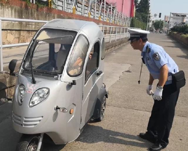残疾车上下班时在马路上载客闯灯,交警专项整治专治这些顽疾