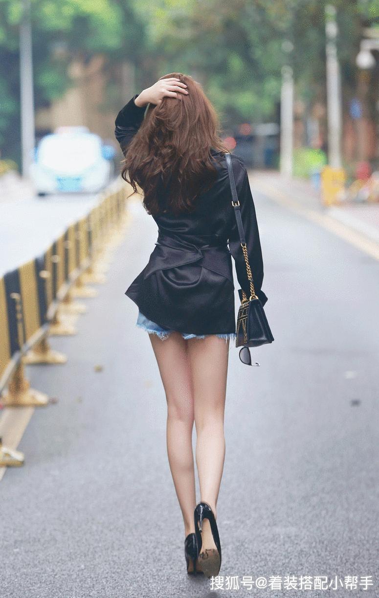 光凭一个背影不能判断这个人长的好不好看?但是看到这位美女的腿,我就知道