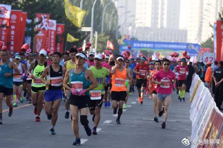 神吐槽:马拉松比赛最后一名被劝退!网友:办不起就别办!