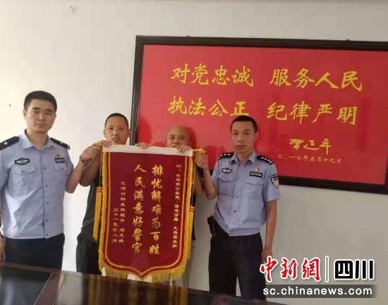 【中国新闻网】沿滩:民警奋战抗洪抢险一线获群众称赞