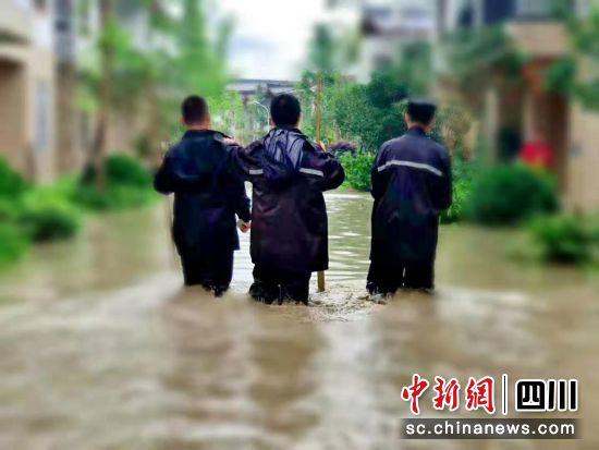 【中国新闻网】暴雨来袭 宝兴警方全力抗洪抢险