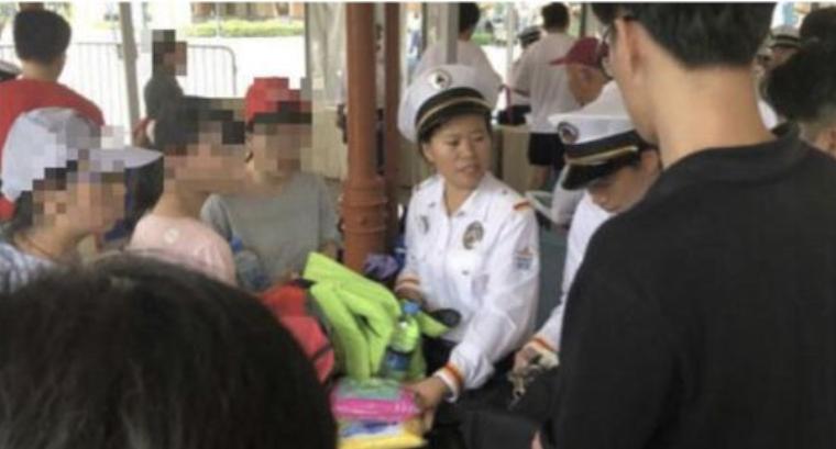 """上海迪士尼回应翻包检查:安检合法合规,诉讼并未""""不接受调解"""""""