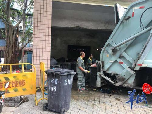 垃圾站离居民楼只有5.4米,每天排满上百桶垃圾,污水横流气味难闻
