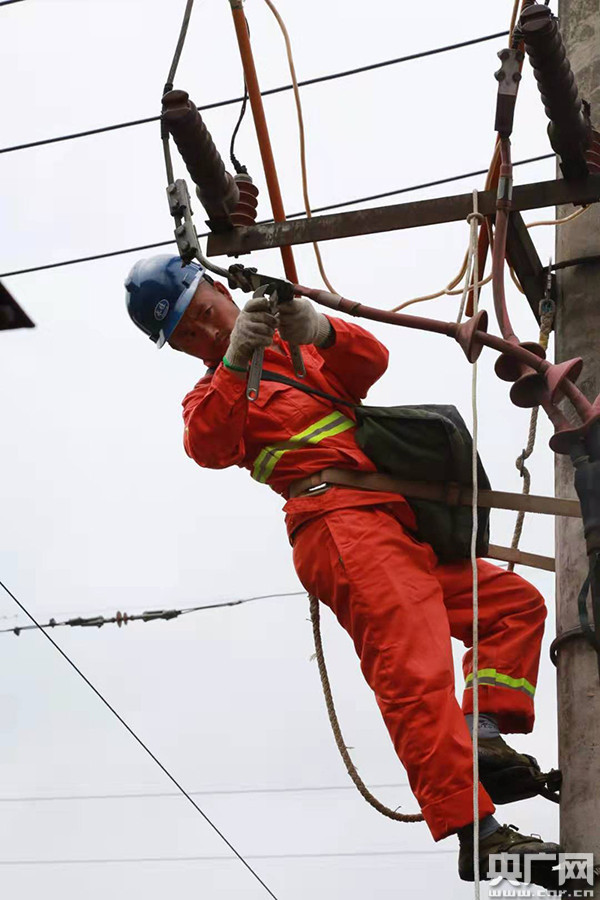 受洪灾影响的四川汶川县三江镇今晨恢复主网供电
