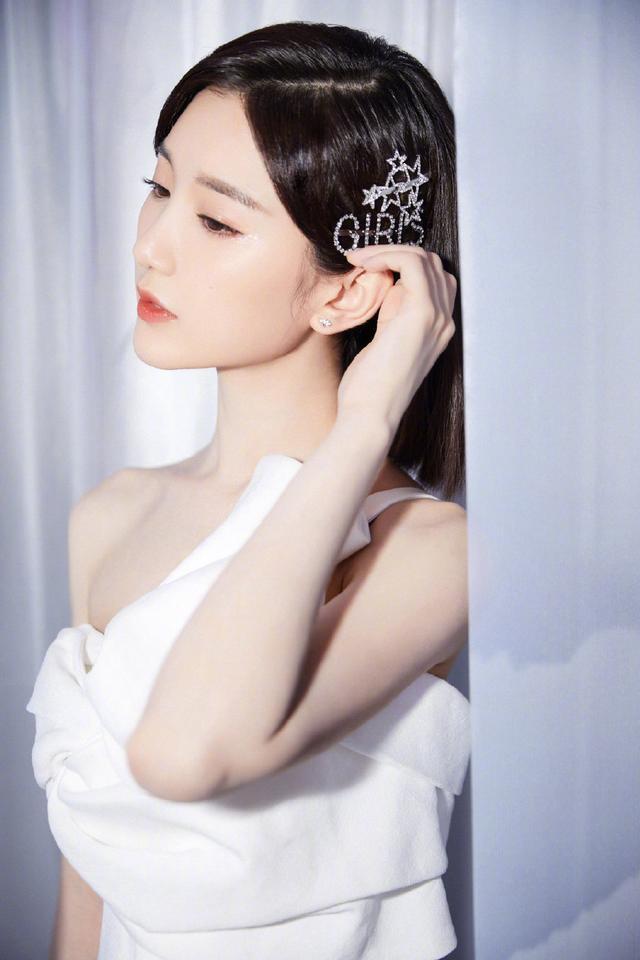 毛晓彤五官太精致了,一袭白色斜肩开叉裙美似仙女下凡,都看呆了插图(2)