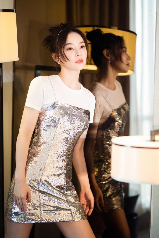 """她是""""马甲线女神""""袁姗姗,穿T恤配吊带亮片裙,好身材尽显无疑插图(2)"""