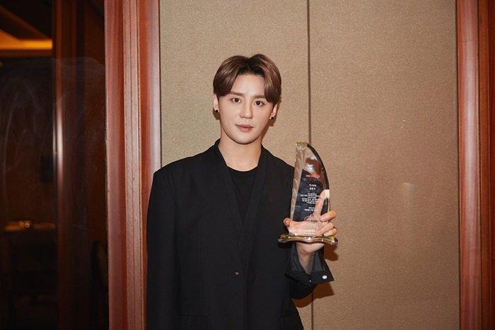 金俊秀获韩流文化大赏 向观众和粉丝表示感谢